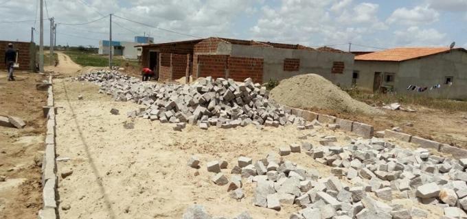Início da obra de pavimentação em ruas do Conjunto Habitacional Cenira Maria de Souza