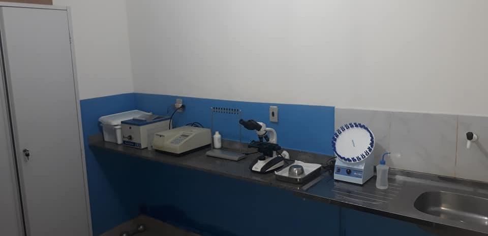 Prefeito realiza visita a laboratório.