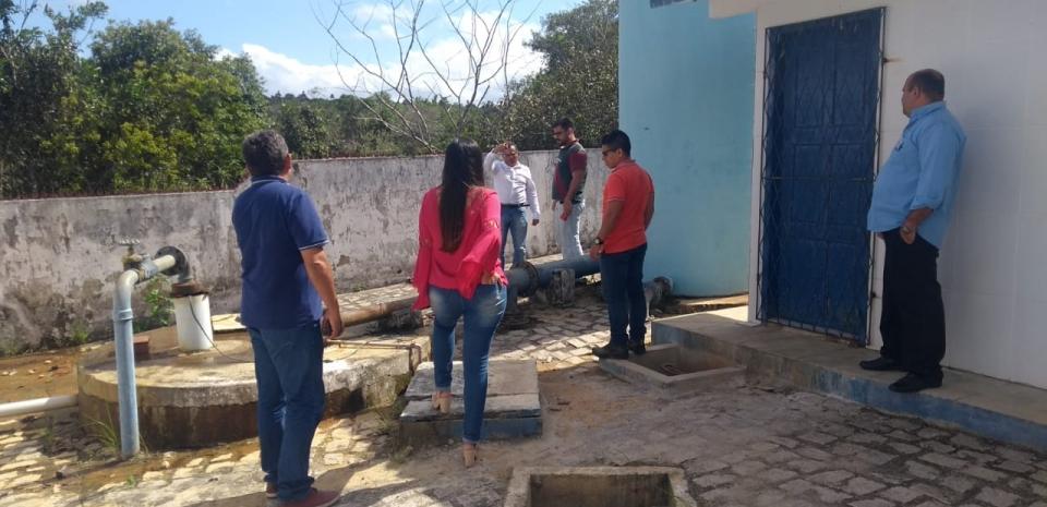 Equipe da Companhia de Águas e Esgotos analisa o sistema de abastecimento da qualidade d'água.