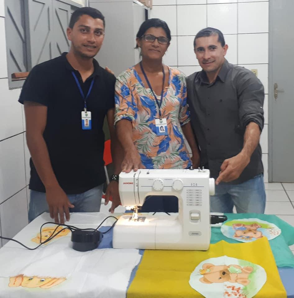 A Prefeitura faz entrega de  máquina de costura para o Centro de Referência da Assistência social.