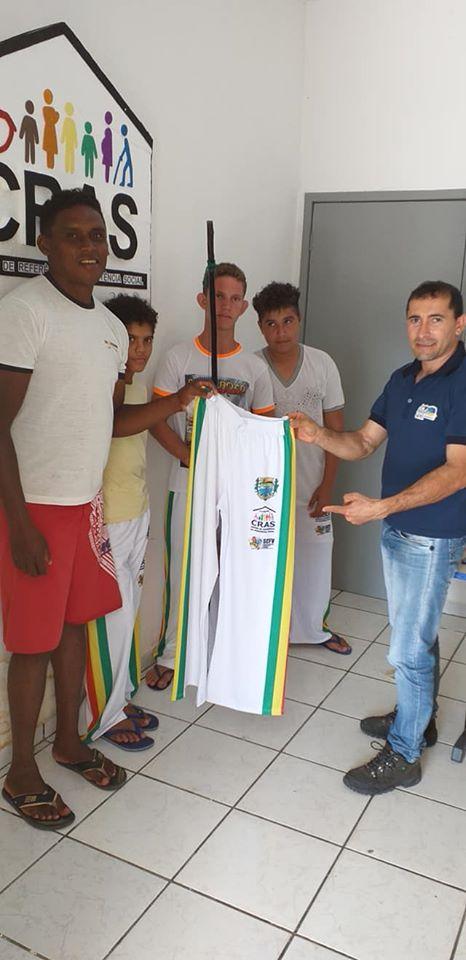 Prefeitura realizou entrega dos uniformes (Calça), para o Grupo de Capoeira.