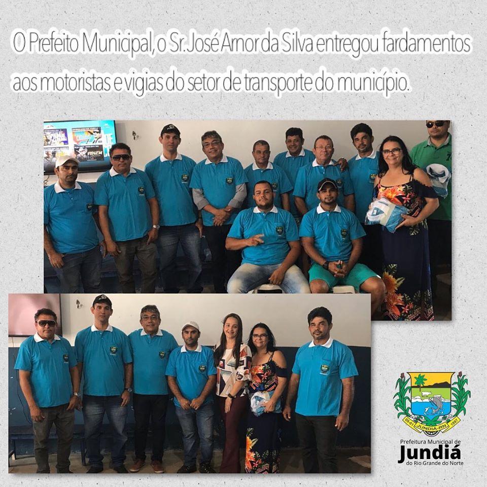 Prefeito entrega fardamentos aos motoristas e vigias do setor de transporte do município.