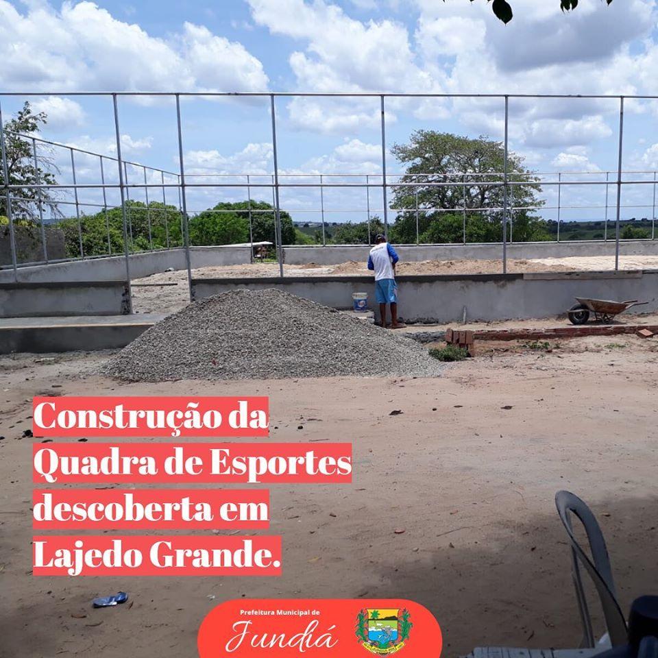 Prefeitura dando continuidade na construção da quadra de esporte descoberta.