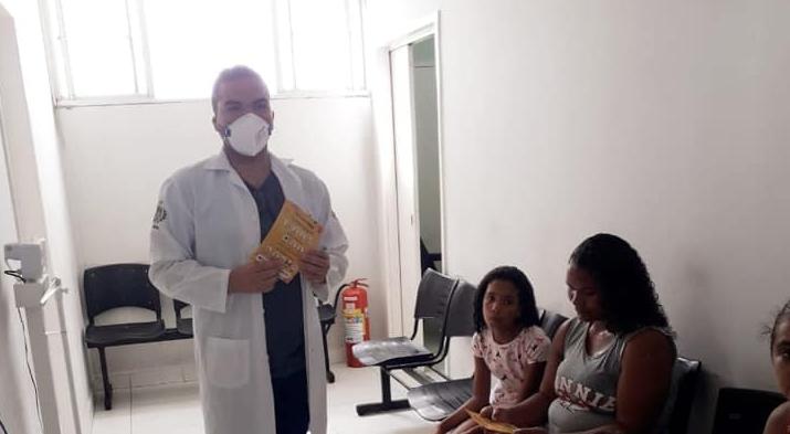 Profissionais de saúde orienta população sobre o COVID19.