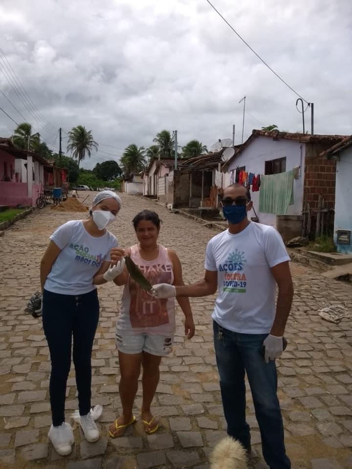 Profissionais da Saúde,  realizam a distribuição de máscaras para população.