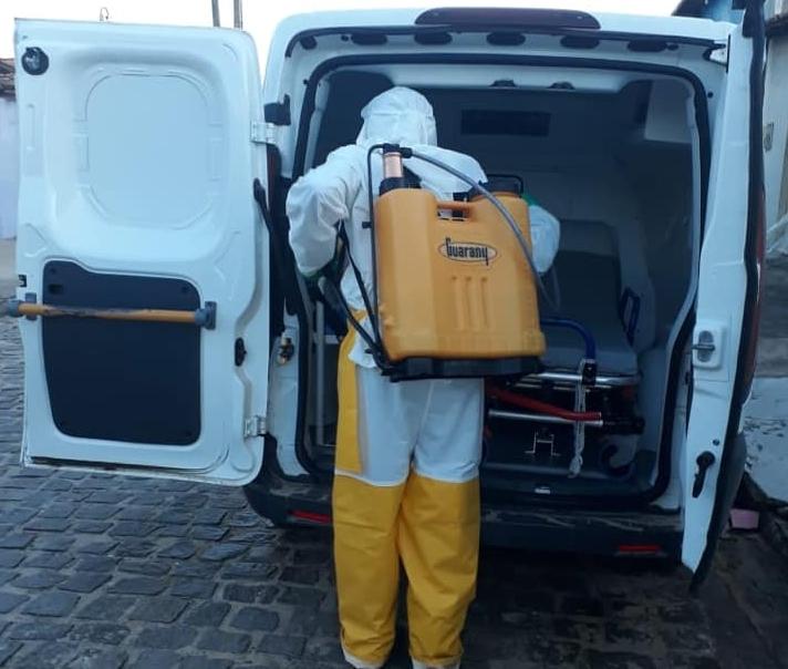 Agentes de Endemias fazem higienização dos locais públicos.