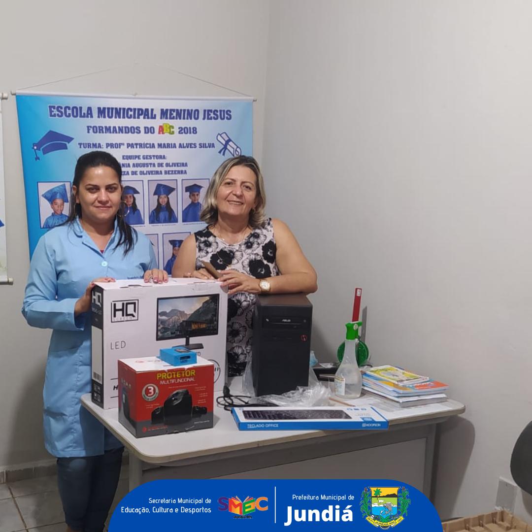 Prefeitura e a Secretaria de Educação entregam computadores as escolas municipais
